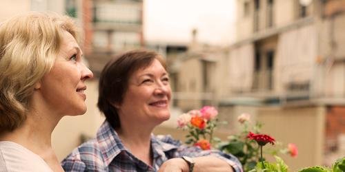 To eldre kvinner jobber i hagen sammen – en liste over vanlige begreper relatert til inkontinens