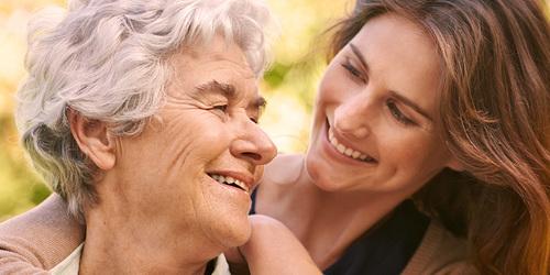 Yngre kvinne klemmer eldre kvinne – forstå typen inkontinens som din kjære har