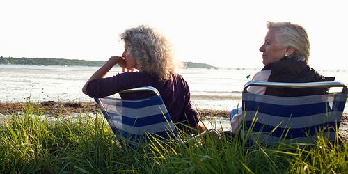 Dve starejši ženski uživata v razgledu na plaži
