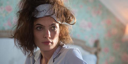 Vrouw die wakker wordt met warrige haren.