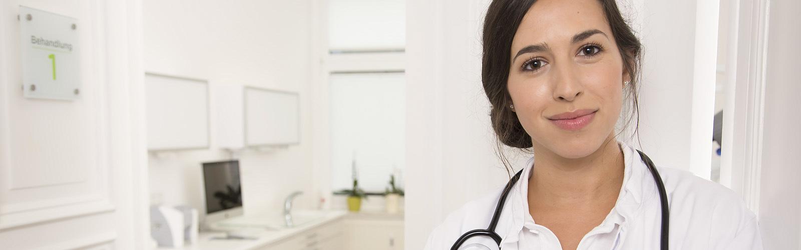 Portret van een lachende dokter in een medische praktijk