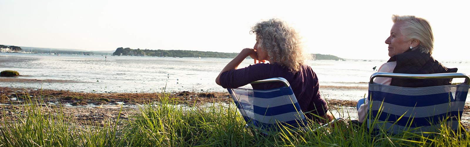 Dvije starije žene uživaju u pogledu na plažu