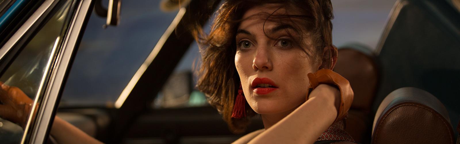 Frau, die in einem Cabrio fährt.
