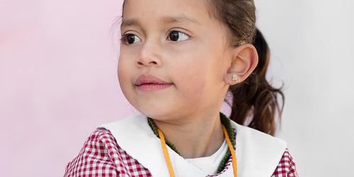 En 4 år gammel jente ser ut i verden med undring og nysgjerrighet