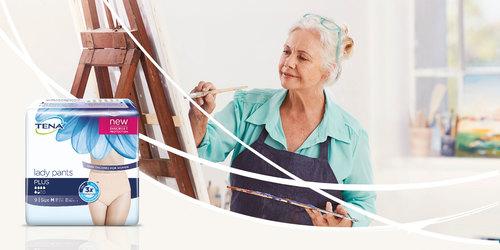nainen maalaamassa